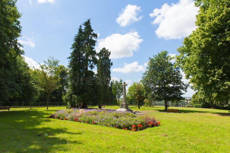 Vue britannique de parc de Herefordshire Angleterre de Ross-sur-montage en étoile avec les fleurs et le mémorial photo stock