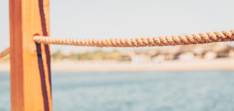 Vue brouillée de l'hôtel de plage du pilier images libres de droits
