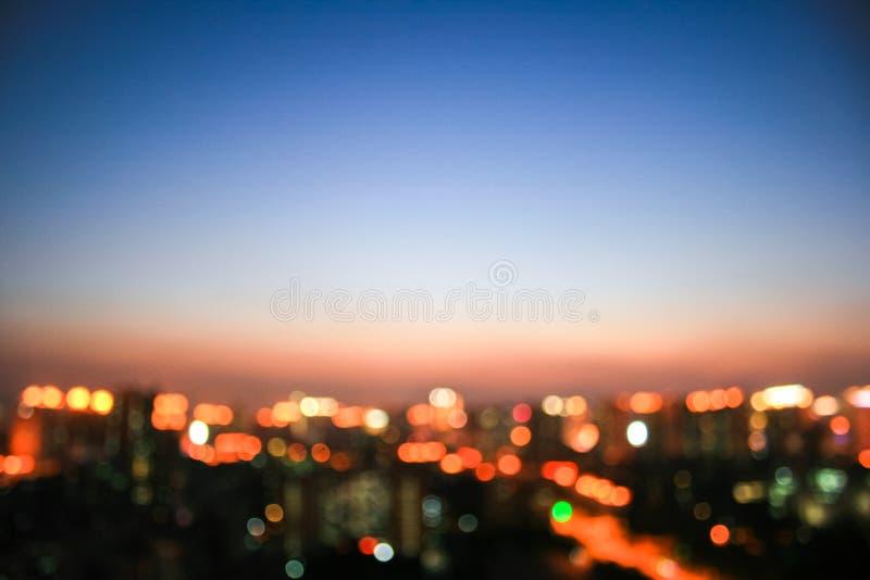Vue brouillée de nuit de ville photo stock