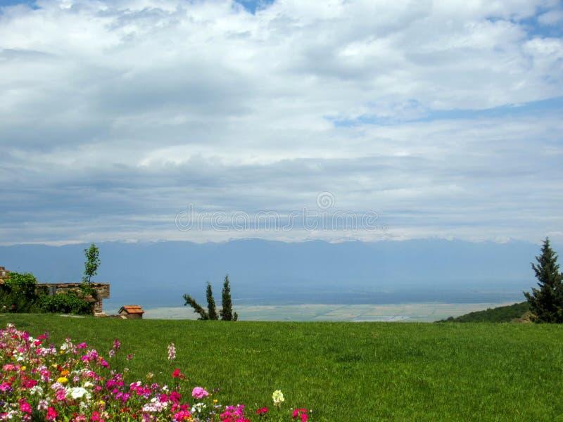 Vue brouillée de paysage sur la vallée d'Alazani avec l'endroit pour le texte, Sighnaghi, région de Kakheti, la Géorgie image stock