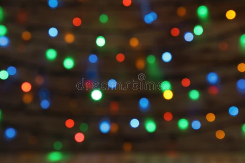 Vue brouillée des lumières de Noël Fond de fête photos stock