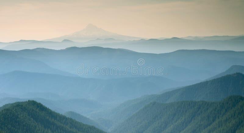 Vue brumeuse bleue de la montagne argentée Portland Orégon 1 image libre de droits