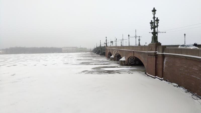 Vue brumeuse de pont de ville célèbre photos libres de droits
