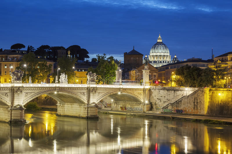Vue célèbre de Rome par nuit photographie stock