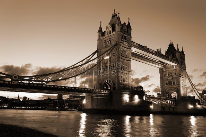 Vue célèbre et belle de soirée de pont de tour, Londres, R-U photos stock
