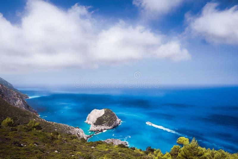 Vue côtière fantastique de Zante avec la falaise et l'eau de mer blanches d'azur Navigation de touristes blanche de bateau à tout photographie stock