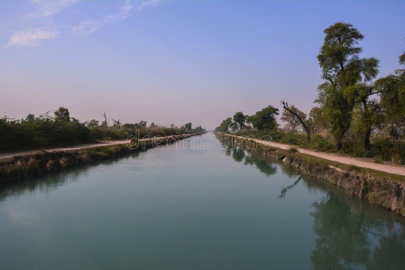 Vue centrale d'†«Pendjab du nord Pakistan de canal de branche de Mohajir image stock