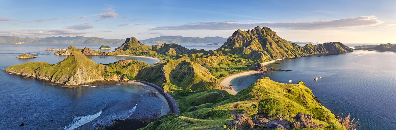 Vue chaude panoramique au sommet de ` d'île de Padar de ` dans la fin de la matinée de lever de soleil de l'île de Komodo, parc n photos stock
