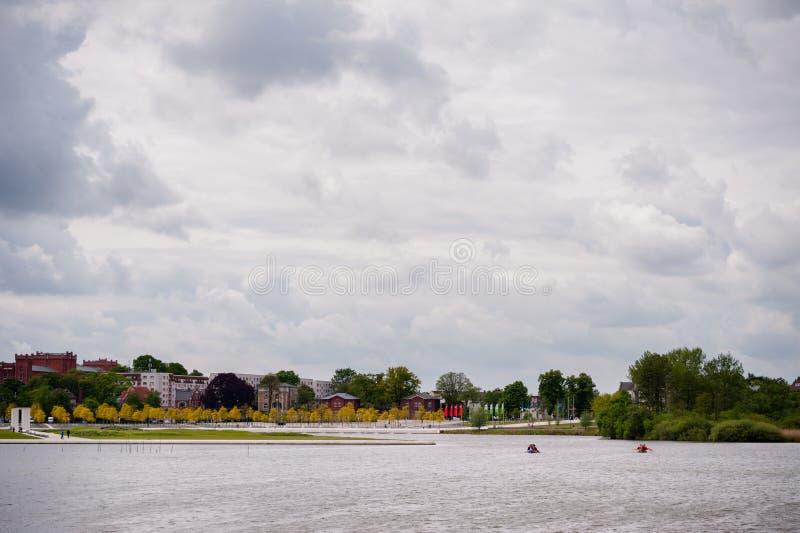 Vue chez Burgsee, lac de château, à Schwerin, l'Allemagne au jour obscurci images stock