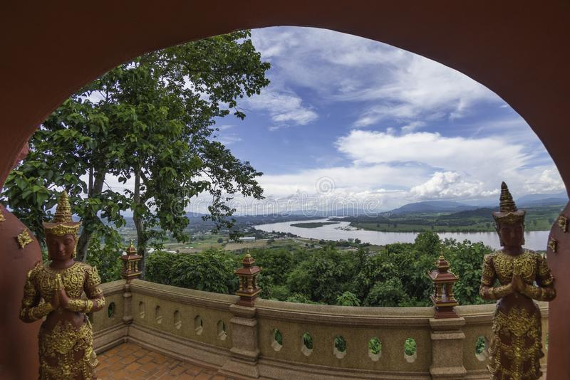 Vue chez Phra Dhat Pha Ngao avec Nice le ciel et la rivière de Khong d'or photographie stock