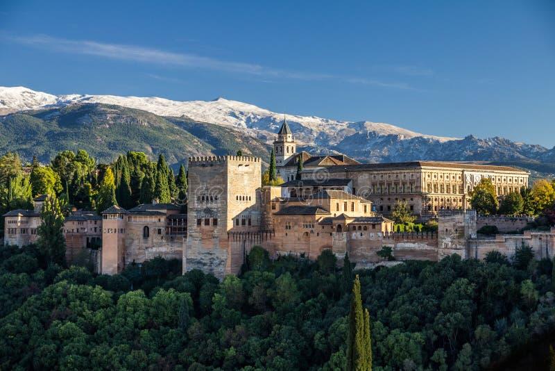 Vue classique d'Alhambra avec la neige fraîche sur Sierra Nevada image libre de droits