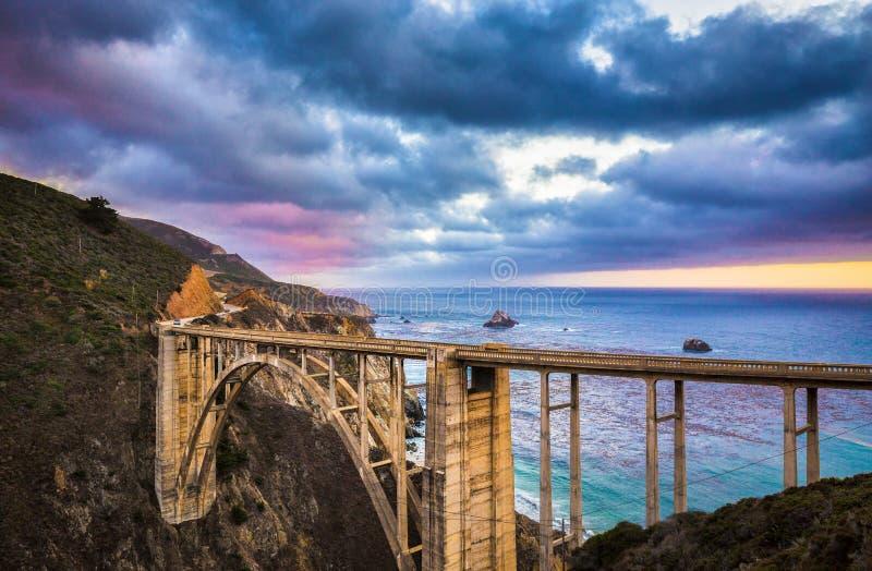 Vue classique de pont historique de Bixby le long de la route célèbre 1 po image stock