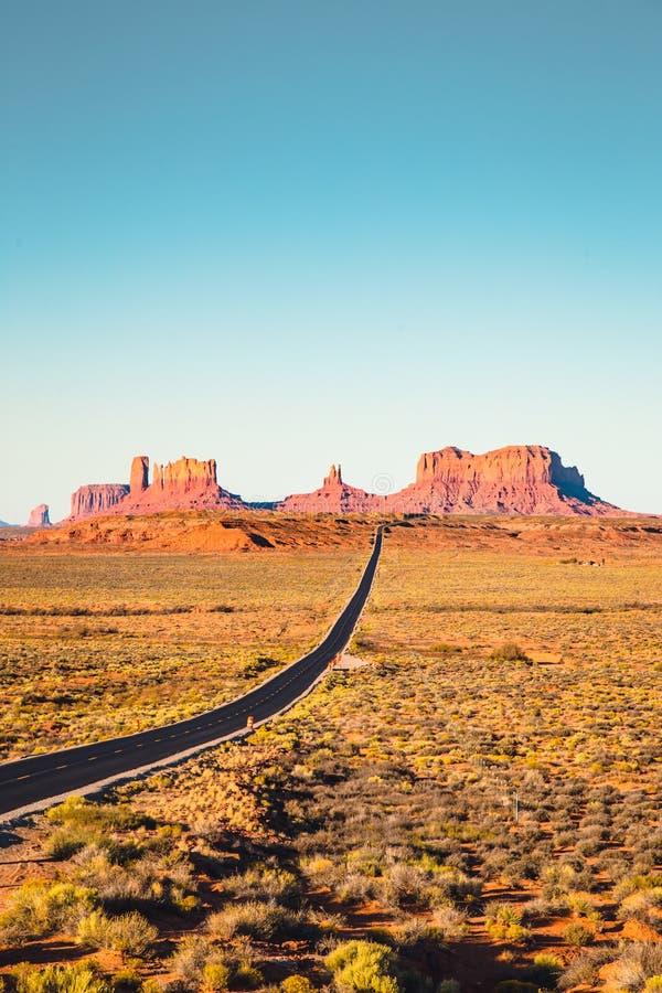 Vue classique de route en vallée de monument au coucher du soleil, Etats-Unis photos stock