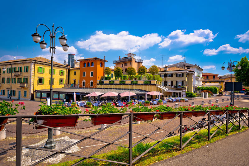 Vue colorée d'architecture de Peschiera del Garda photos libres de droits