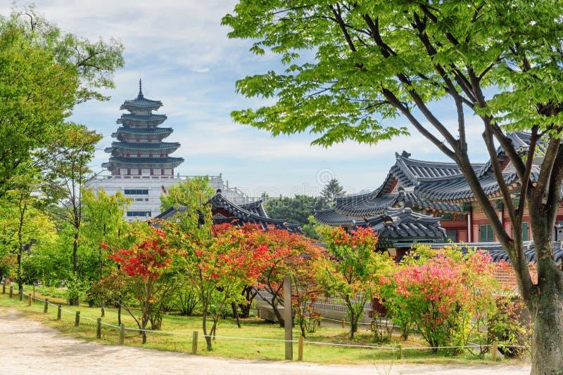 Vue colorée d'automne de jardin au palais de Gyeongbokgung à Séoul photographie stock
