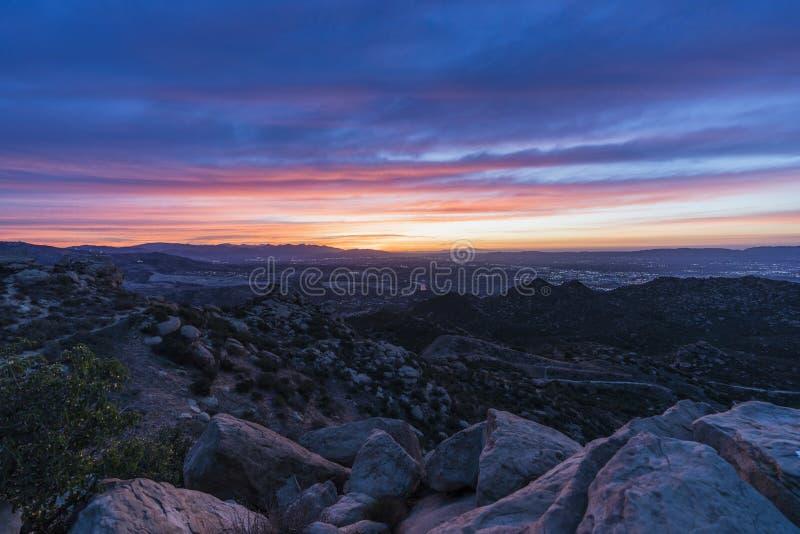 Vue colorée de lever de soleil au-dessus du San Fernando Valley à Los Angeles la Californie Tir de Rocky Peak Park dans Santa Sus photo stock