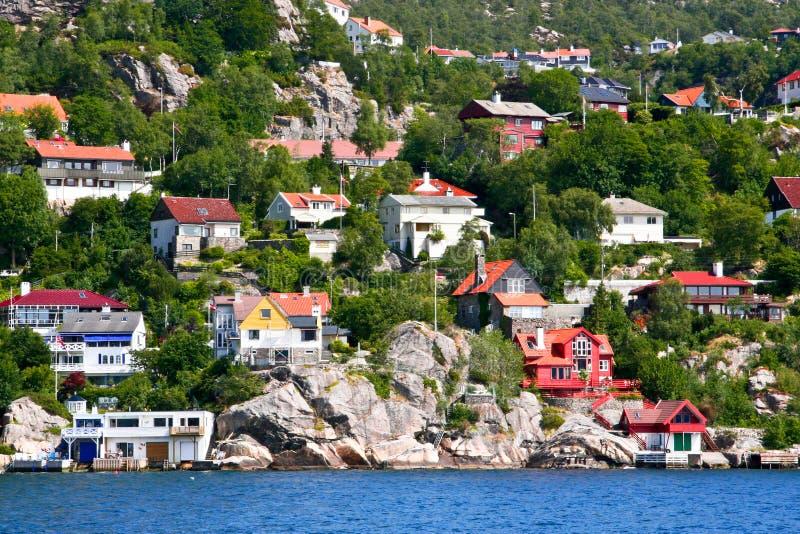 Chambres et huttes sur le rivage et les collines du fjord de Bergen. images libres de droits