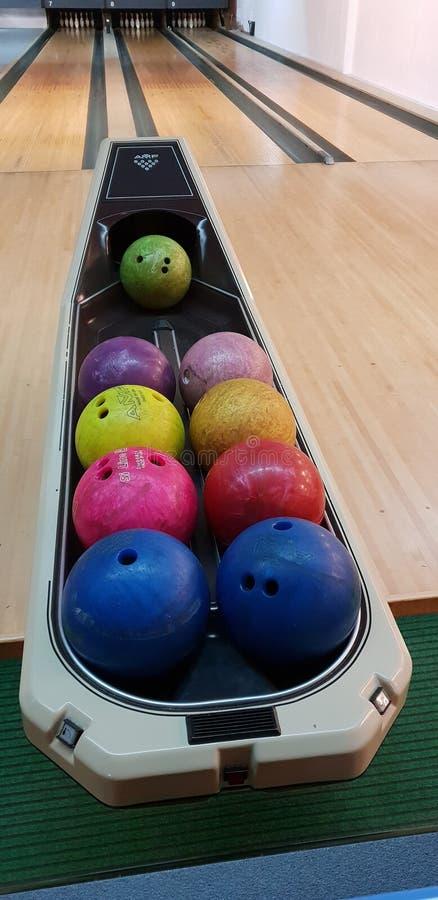 Vue colorée multi de boules de roulement dans une salle de gymnastique images stock
