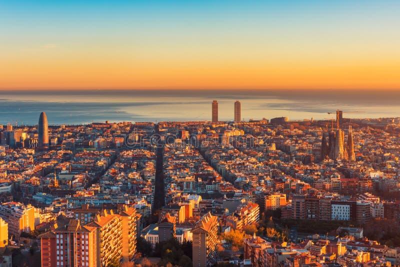 Vue courbe au-dessus de Barcelone Espagne au coucher du soleil photos stock