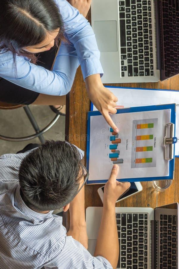 Vue courbe d'équipe d'affaires discuter au sujet du rapport financier images stock
