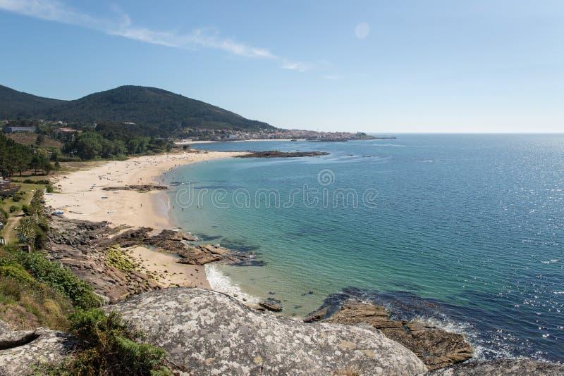 Vue courbe d'une belle plage sur la côte de la Galicie photographie stock