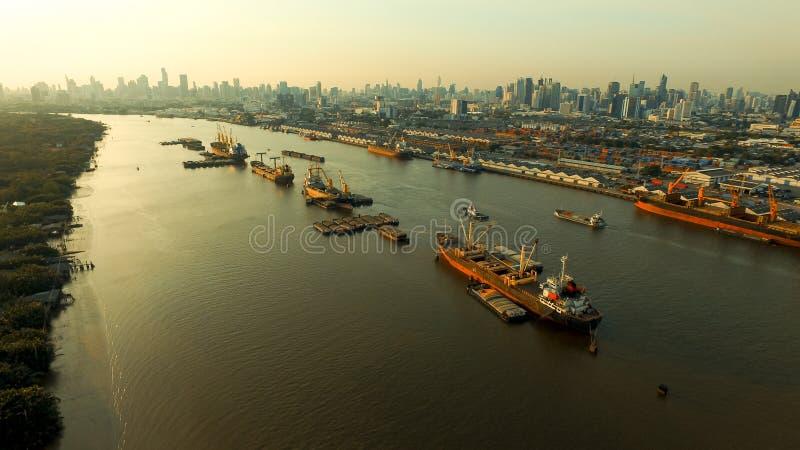 Vue courbe de bateau de conteneur flottant en rivière de chaopraya au coeur de la capitale de Bangkok Thaïlande photographie stock