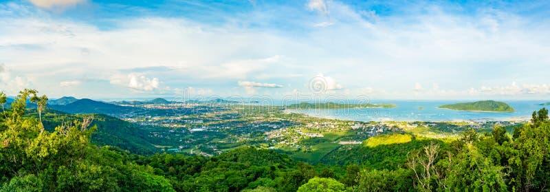 Vue courbe de beau panorama de nature de baie de Chalong et de CIT photographie stock libre de droits