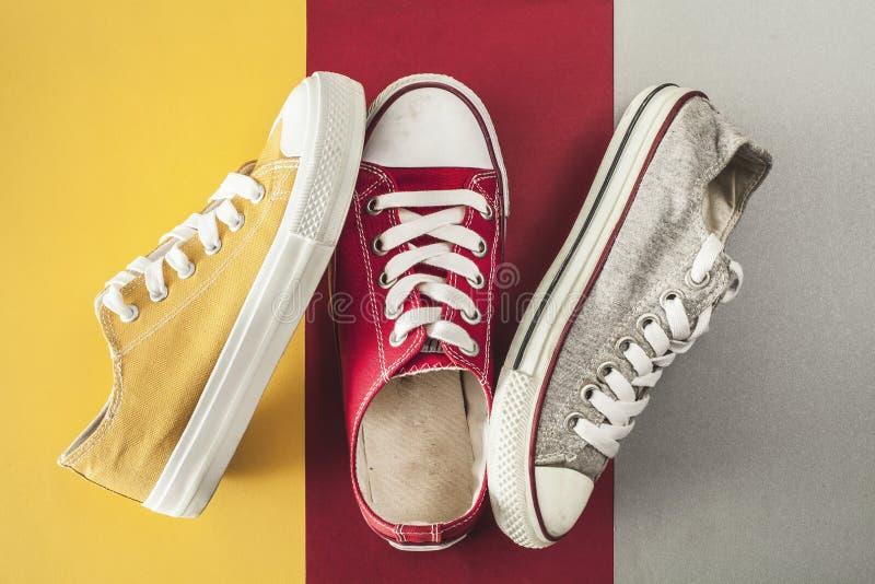 Vue courbe de chaussures de toile photographie stock libre de droits