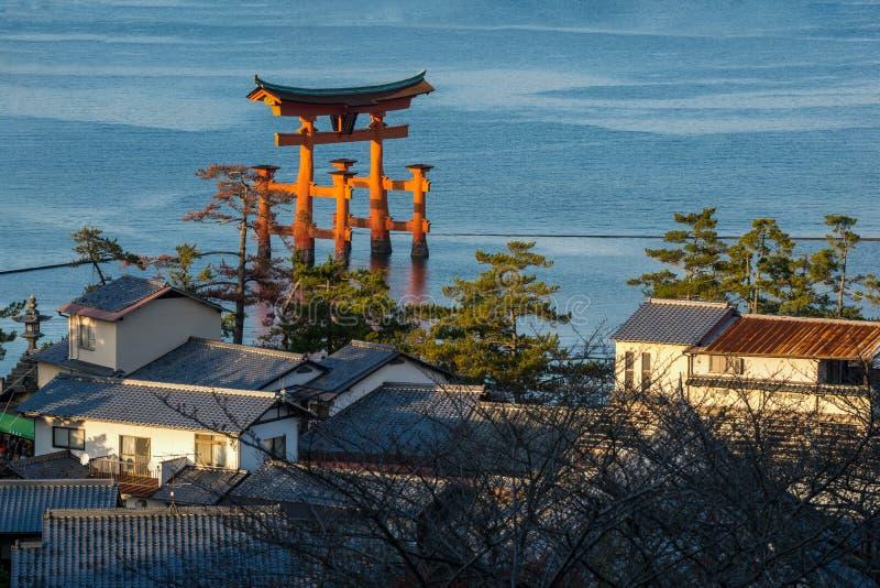 Vue courbe de grande porte de flottement et de x28 ; O-Torii& x29 ; sur l'île de Miyajima, le Japon photographie stock libre de droits