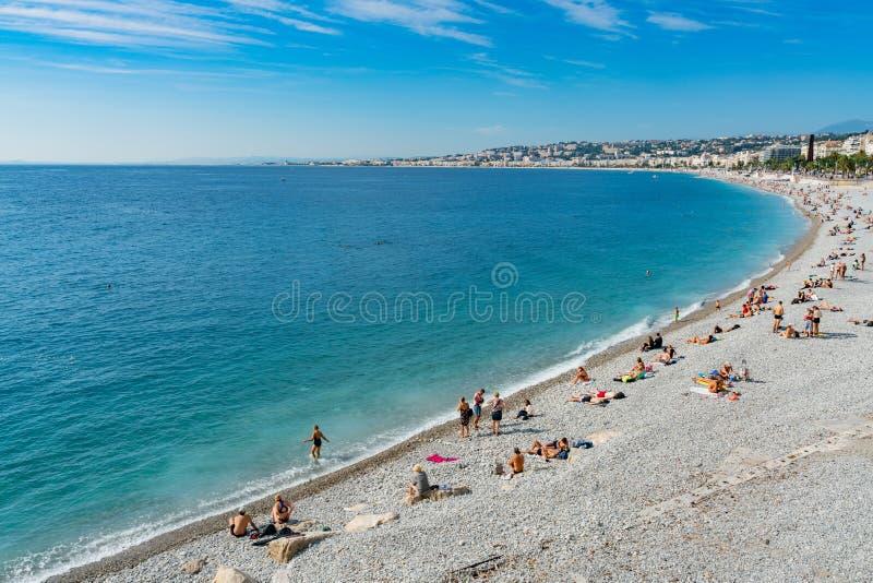 Vue courbe de matin de la baie de l'ange célèbre avec la natation de personnes, Nice image stock