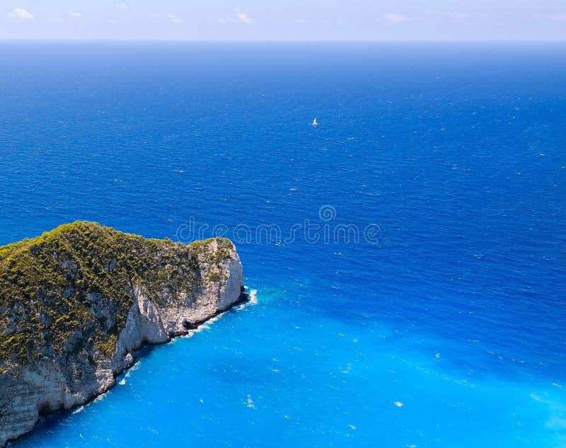Vue courbe de mer et de roches bleues, à la plage de Navagio image stock