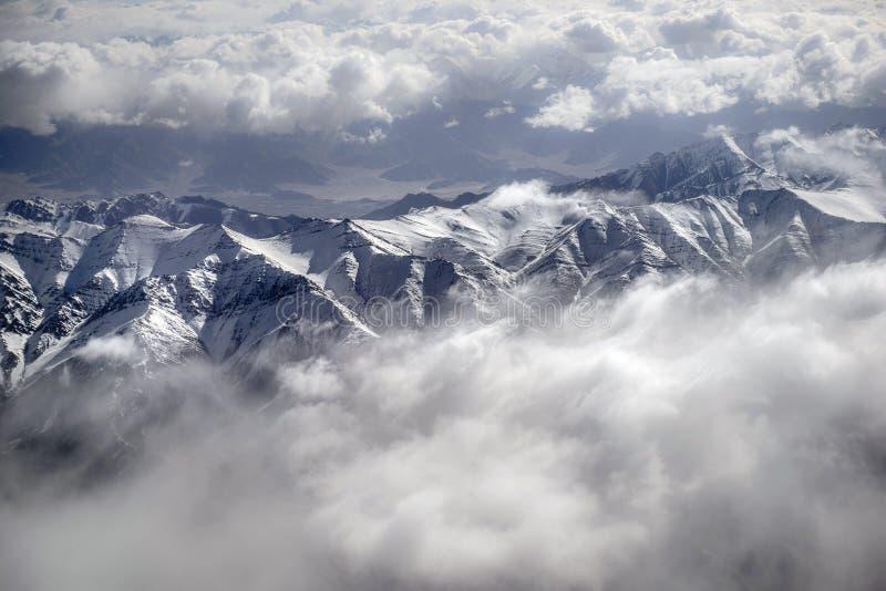 Vue courbe de montagne de neige de paysage d'hiver d'Inde de Leh Ladakh d'avion images stock