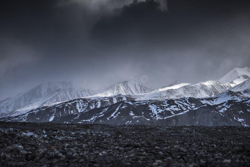 Vue courbe de montagne de neige de paysage d'hiver d'Inde de Leh Ladakh d'avion image stock