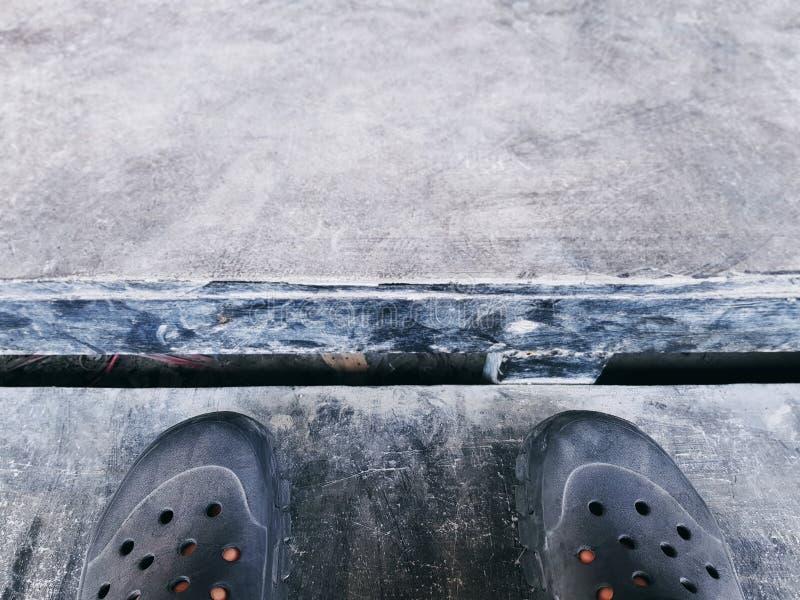 Vue courbe des chaussures de sport sur l'escalier photographie stock