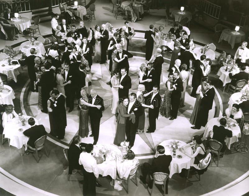 Vue courbe des couples dansant dans la boîte de nuit photographie stock libre de droits