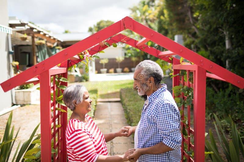 Vue courbe des couples tenant la main images libres de droits