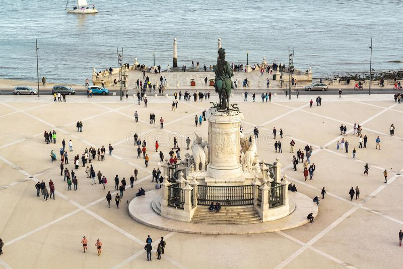 Vue courbe des personnes pr?s de la statue ? la place de commerce dans la ville de Lisbonne images stock
