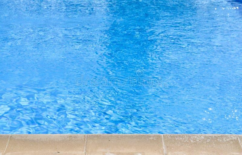 Vue courbe en gros plan de piscine bleue à midi image stock