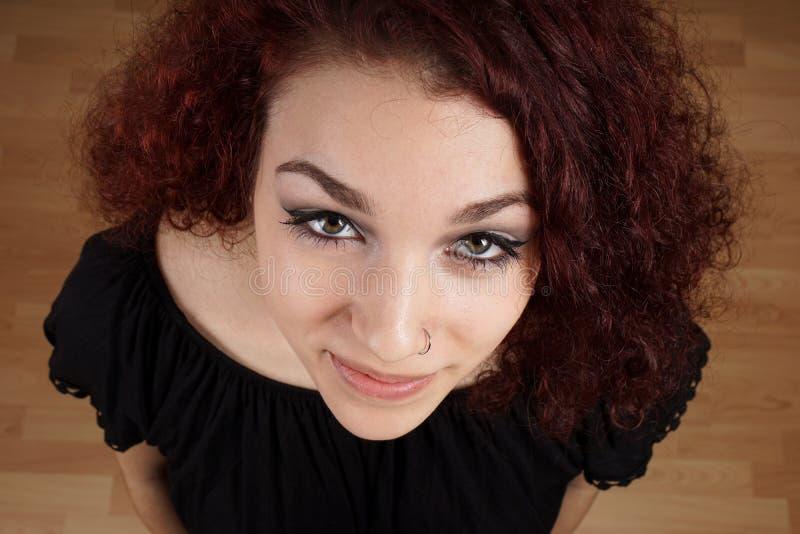 Vue courbe large de belle jeune femme photos stock