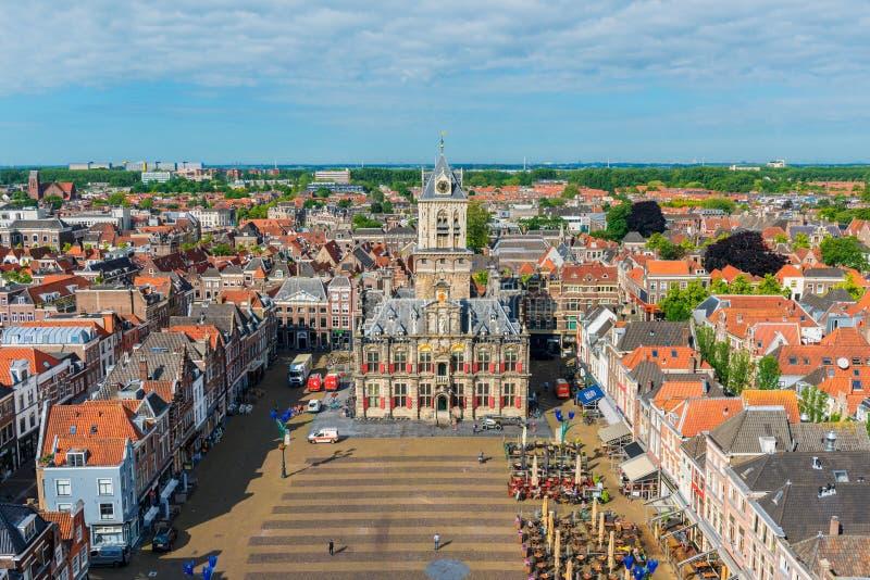 Vue courbe sur la place et l'Hôtel de Ville du marché à Delft Pays-Bas photographie stock libre de droits