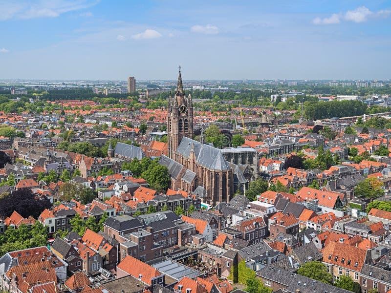 Vue courbe sur la vieille église de la tour de la nouvelle église à Delft, Pays-Bas photo libre de droits