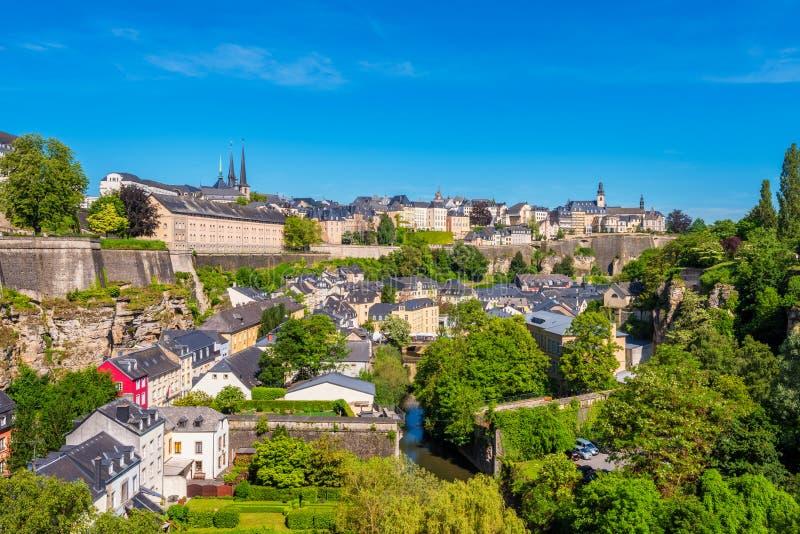 Vue courbe sur la vieille ville de la ville du Luxembourg photographie stock
