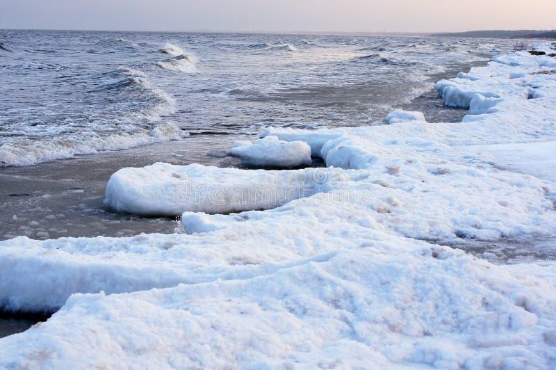 Vue crépusculaire de mer d'hiver images libres de droits