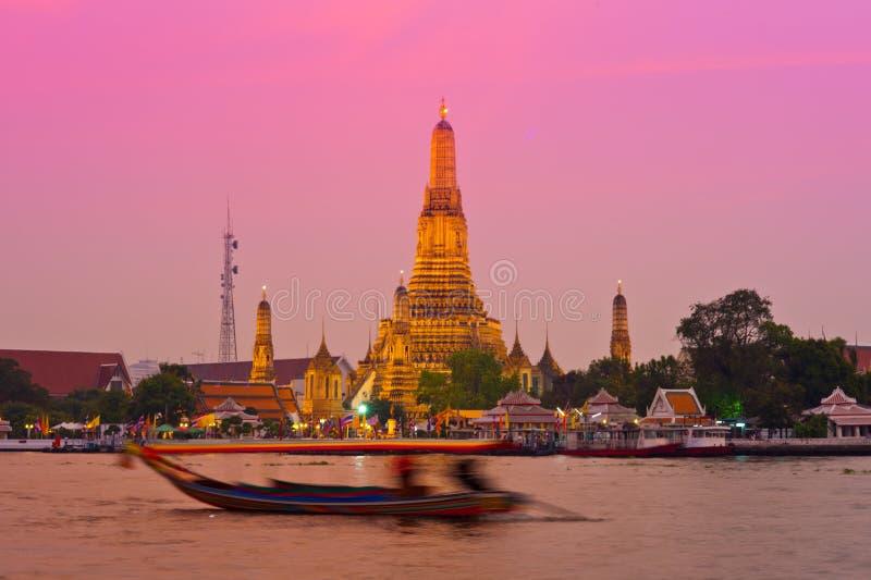 Wat Arun à travers le fleuve Chao Phraya pendant le coucher du soleil photographie stock libre de droits