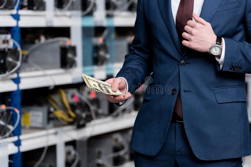 vue cultivée d'homme d'affaires tenant l'argent liquide à l'ethereum image libre de droits
