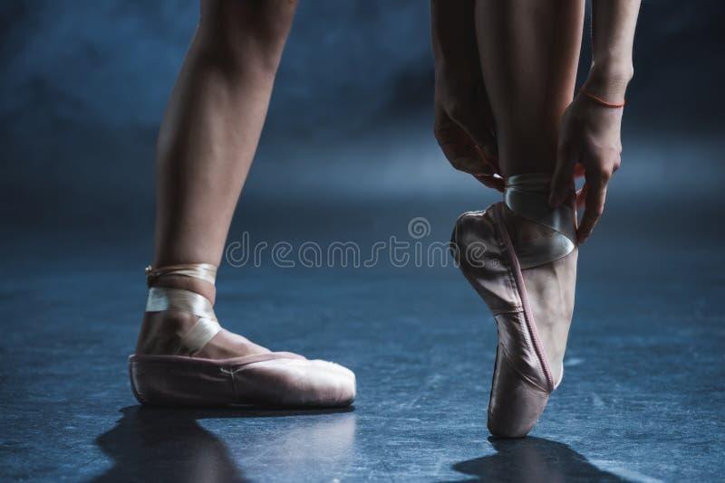 vue cultivée de danseur classique dans des chaussures de pointe images stock