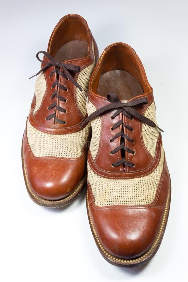 Vue décalée d'une paire de chaussures du ` s d'hommes de vintage en cuir brun images libres de droits