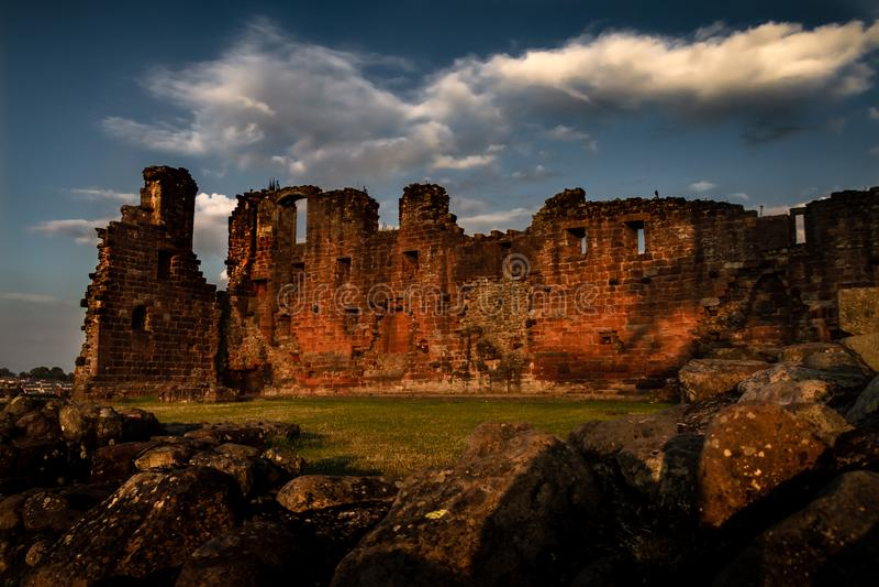Vue déprimée spectaculaire de coucher du soleil de château de Penrith dans Cumbria photos stock