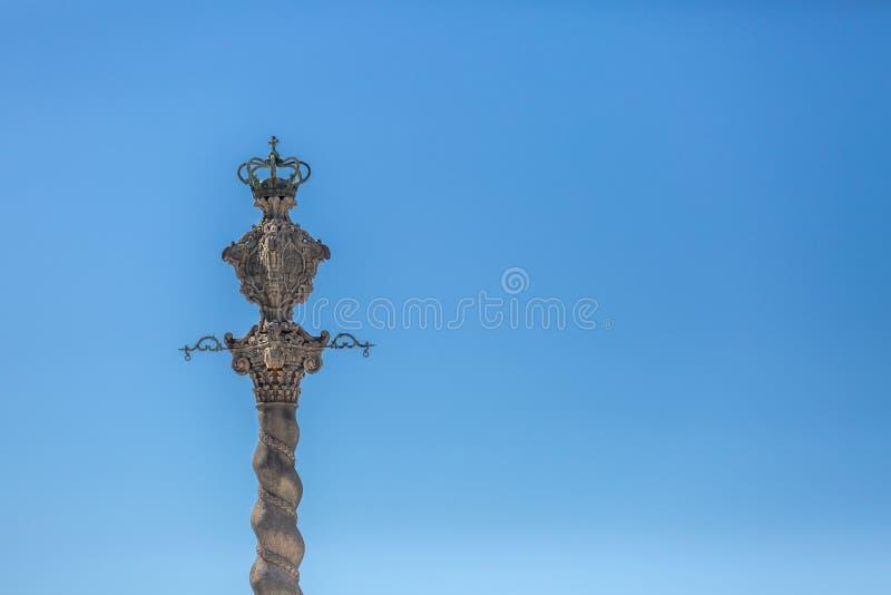 Vue détaillée au pilori de la ville de Porto, une sculpture ornementée, ciel bleu comme fond photos libres de droits