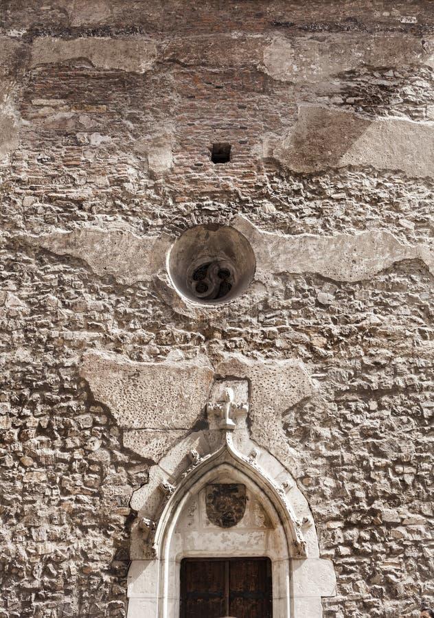 Vue détaillée au sujet de la façade d'une vieille tour médiévale i de château photo stock